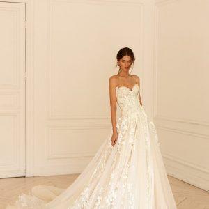 A vonalú csipke és tll menyasszonyi ruha