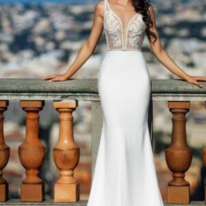 Fehér vállpántos karcsúsított menyasszonyi ruha
