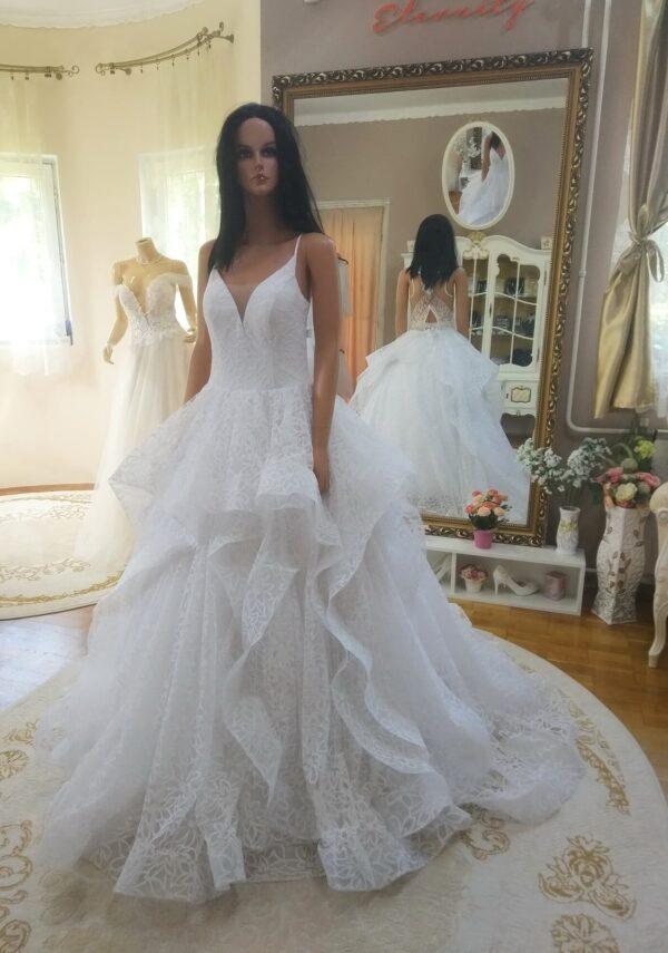 Fehér, vállpántos, vízhullámos menyasszonyi ruha