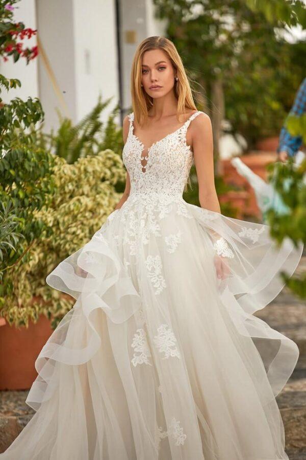 tort-feher-csipke-vallpantos-hullamos-menyasszonyi-ruha