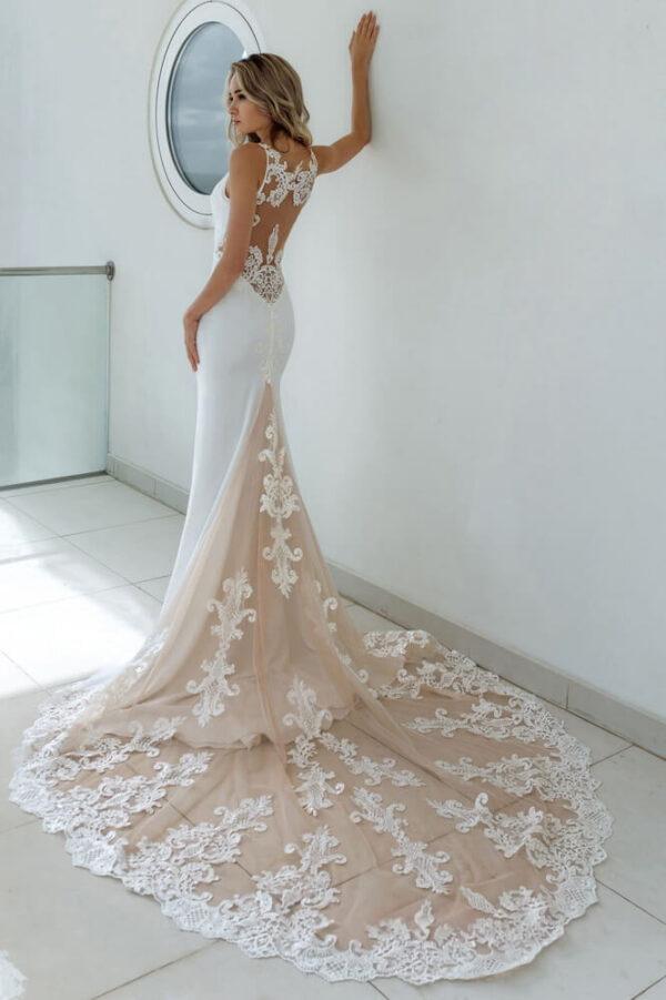 Feher-hosszu-uszalyos-karcsusitott-vallpantos-menyasszonyi-ruha-1